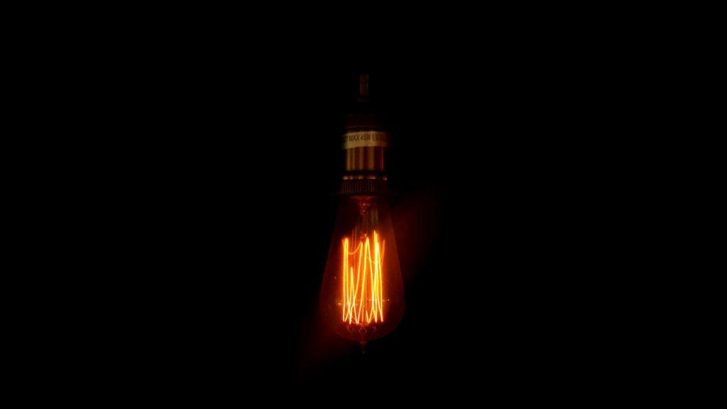 ampoule en train de s'eteindre pour baiser la consommation electrique