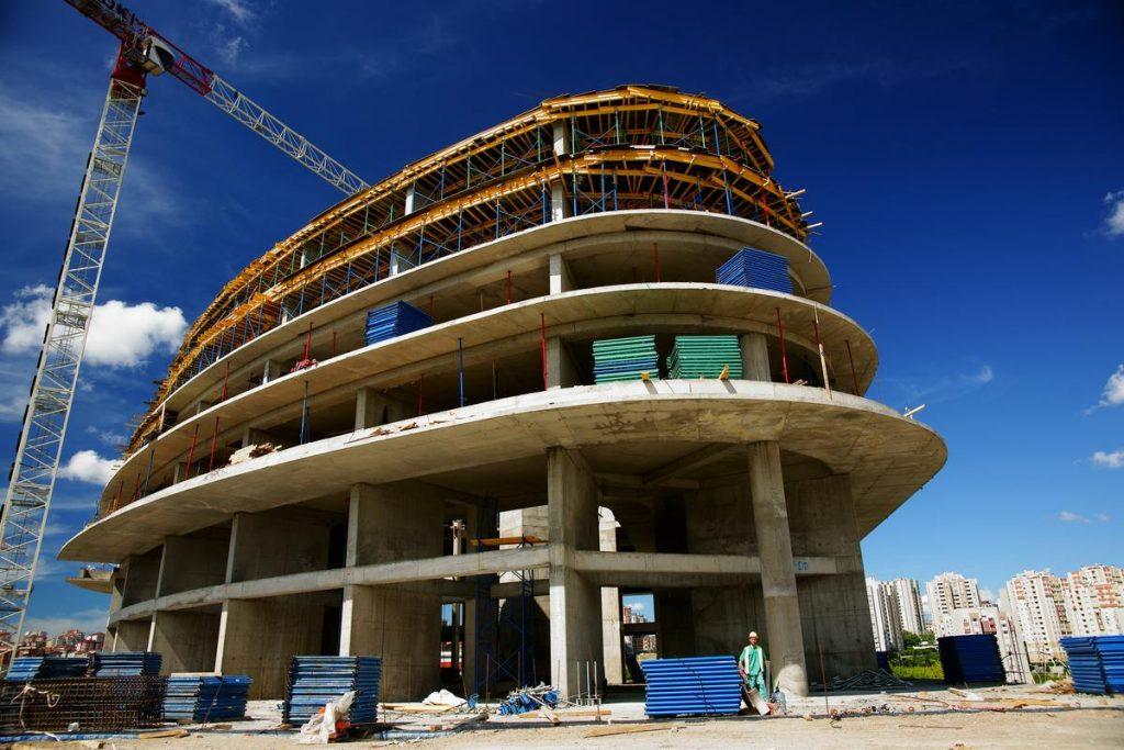 Construction d'un immeuble en périphérie urbaine