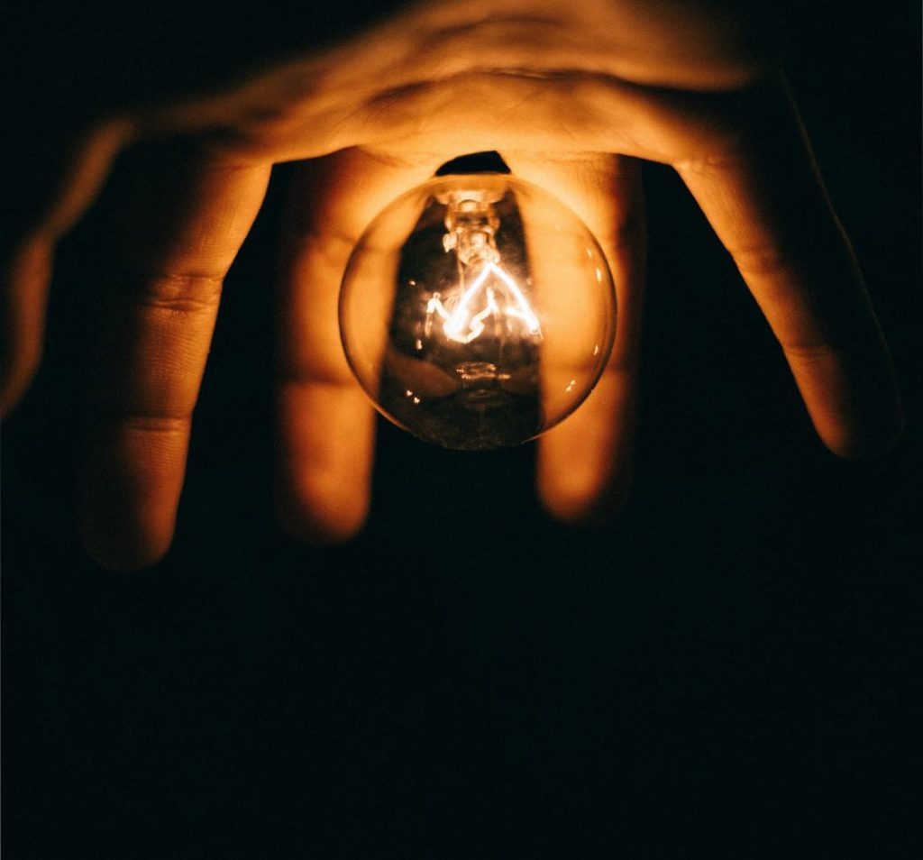 main avec ampoule pour montrer l'energie