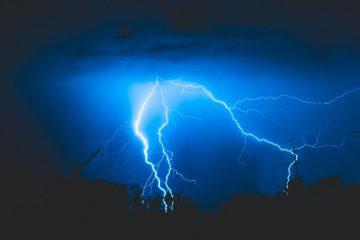 éclaire pour montrer l'energie électrique d'une chaudiere