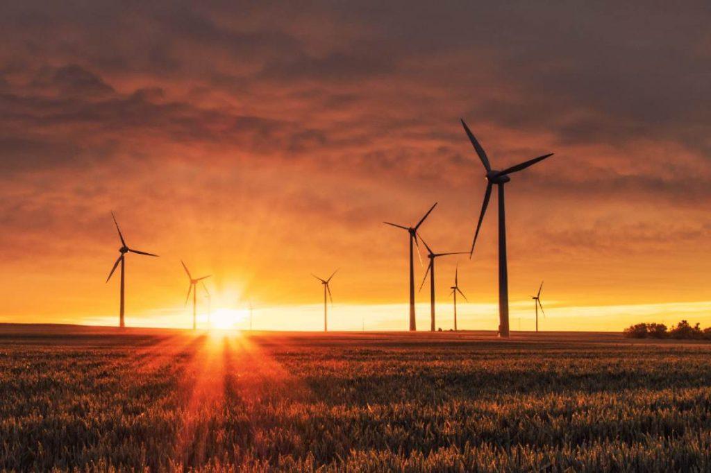 Eolienne avec soleil duo d'énergie renouvelable
