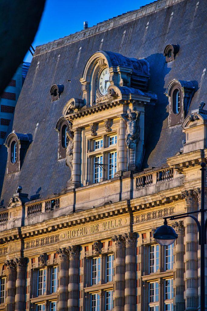 mairie en France au coucher de soleil