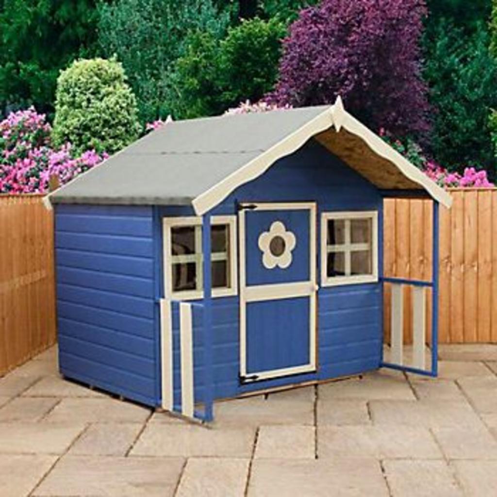 maison de jeux bleue sur une terrasse d'une maison