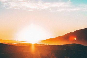 soleil se couchant pour montrer l'énergie photovoltaïque