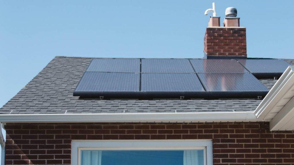 panneaux solaire installés sur une maison