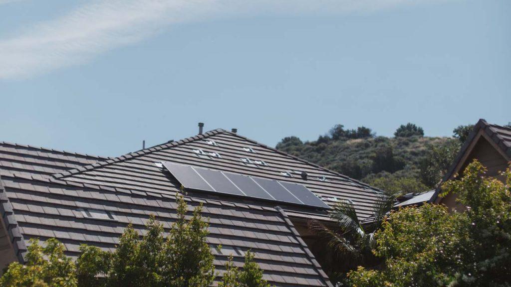 maison toit panneaux solaires