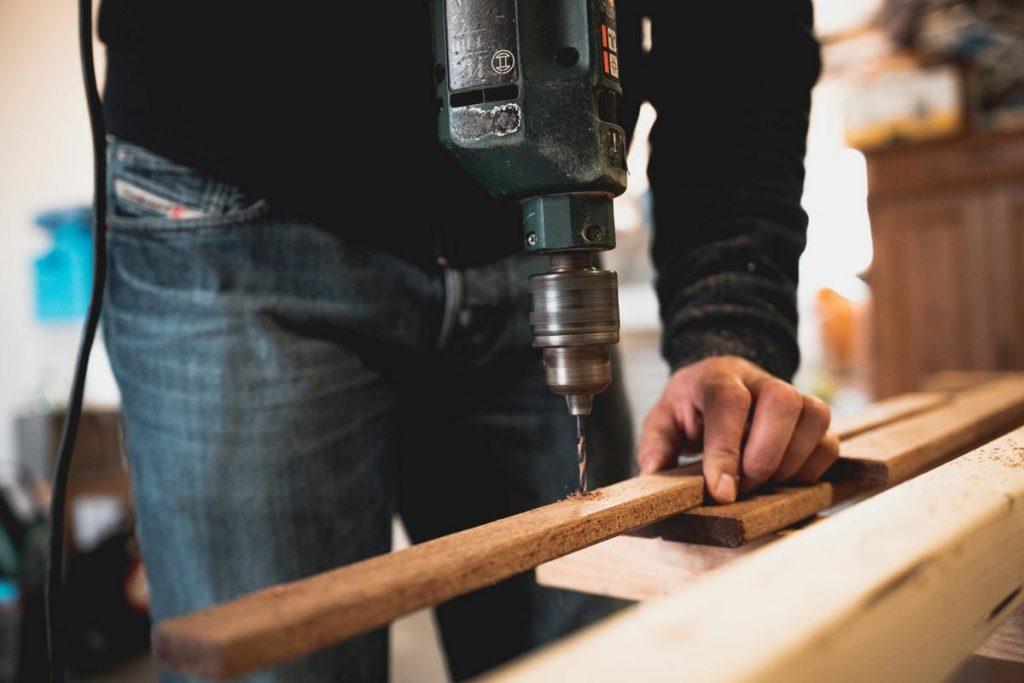 perceuse à bois pour du bricolage de maison de jeux