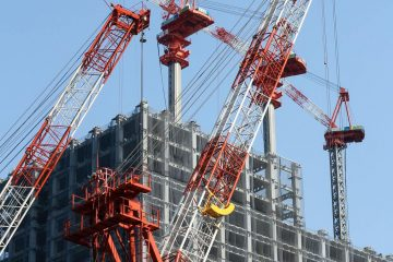 construction de la façade d'un immeuble avec des grues