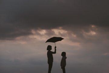 prime renov, femme parapluie pour montrer l'aide de l'état