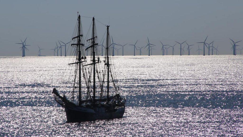 éoliennes en haute mer avec un bateau à voile