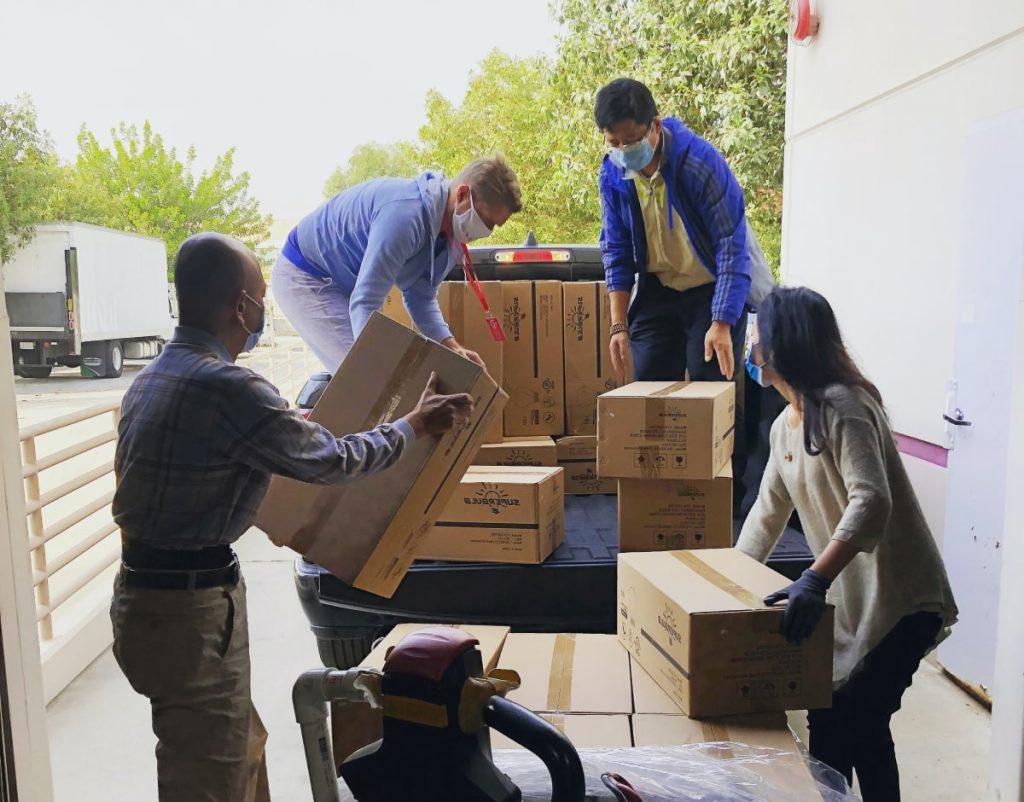 Camion de déménagement avec l'aide d'amis