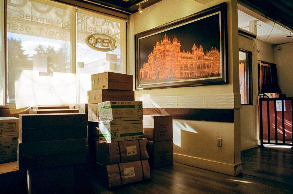 maison avec des cartons de déménagement