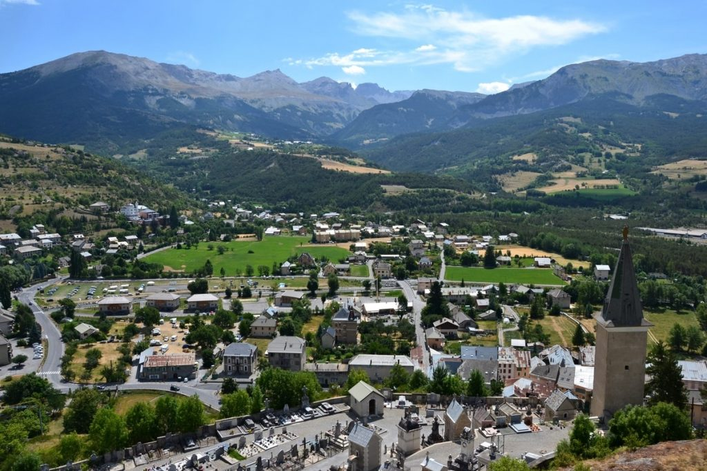 Village dans la montagne se développant grâce à action cœur de ville