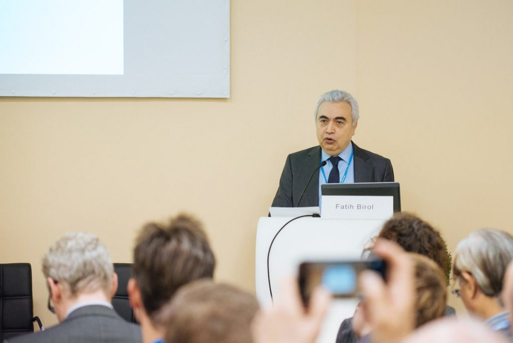 Fatih Birol tenant une conférence