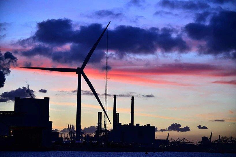 Eolienne Heliade X vue de nuit dans le port de Rotterdam