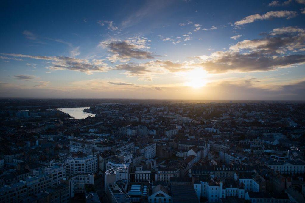 Vue sur Nantes au coucher de soleil dans les Pays de la Loire