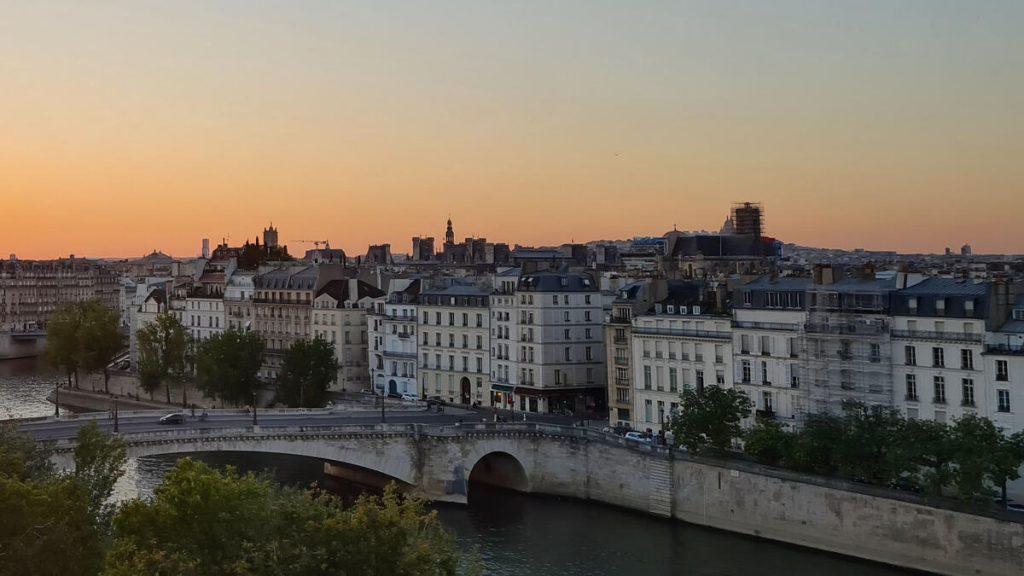 Quai de Seine à Paris avec un coucher de soleil