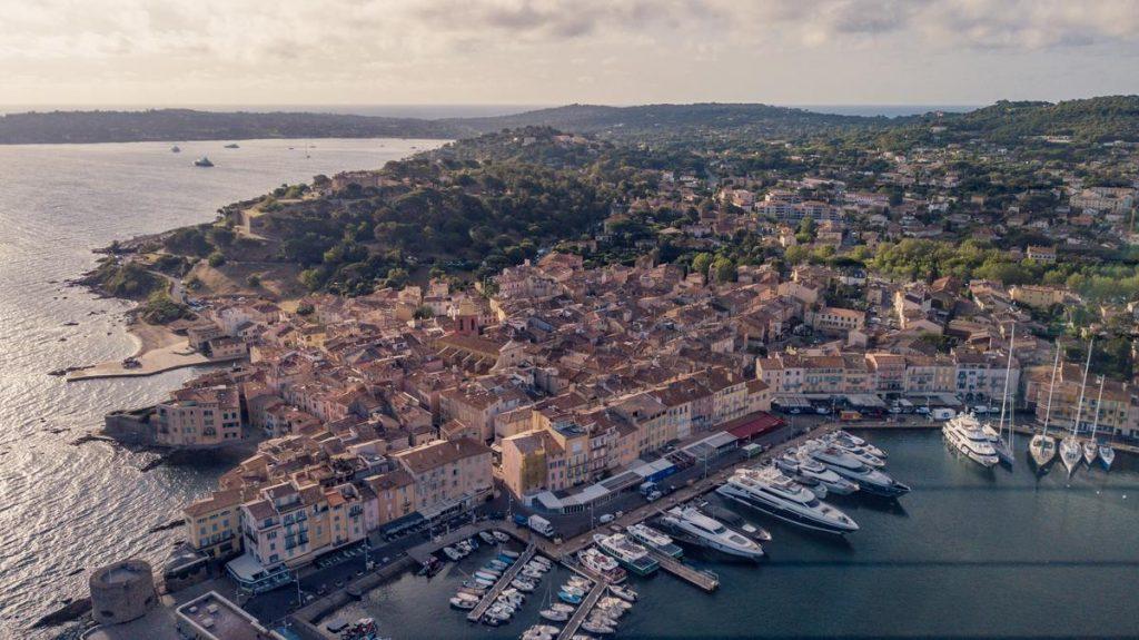 Port de Saint-Tropez en vue hélicoptère sur la Côte d'Azur