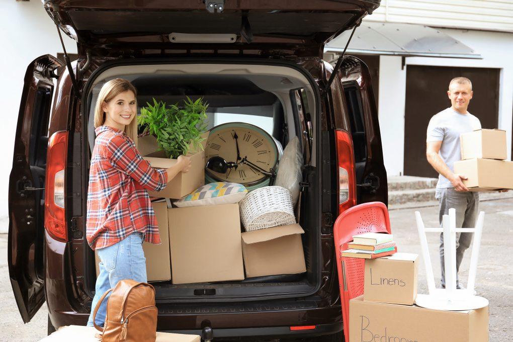 Voiture pleine de cartons lors d'un déménagement collaboratif