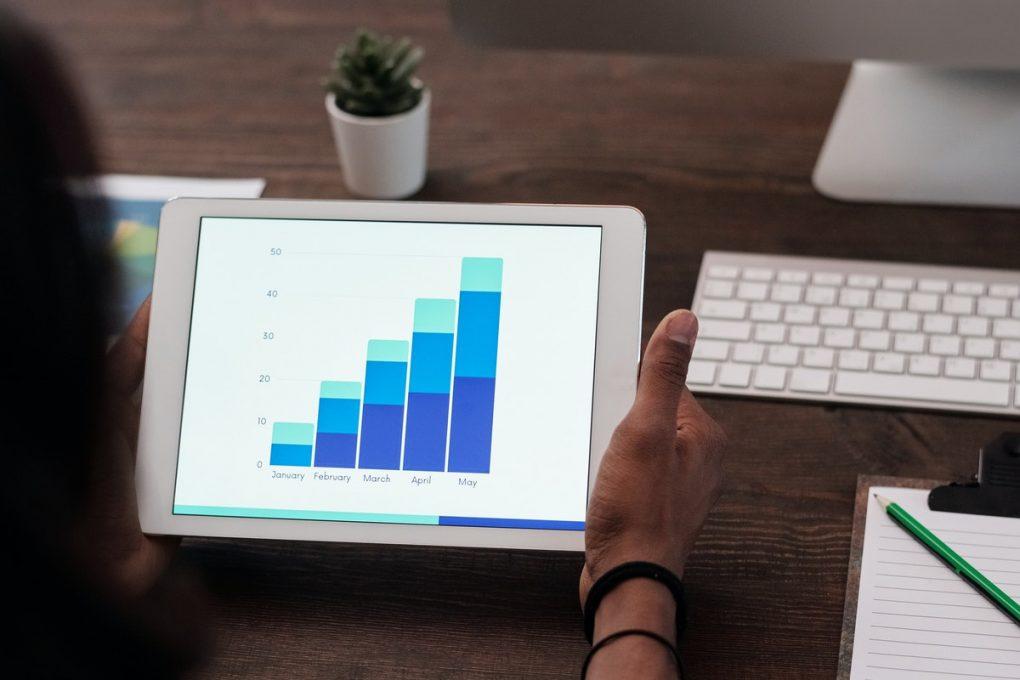 Tableau de la répartition des charges fixes d'un logement affiché sur une tablette portable