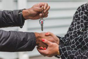 Passage des clés d'un propriétaire au suivant dans le cadre de l'achat d'une maison