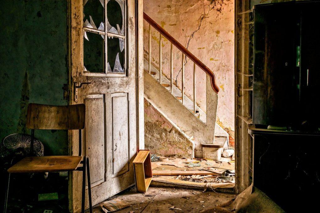 Escalier et hall d'entrée d'une maison abandonnée en ruine