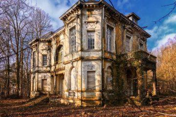 Maison abandonnée en ruine dans son jardin